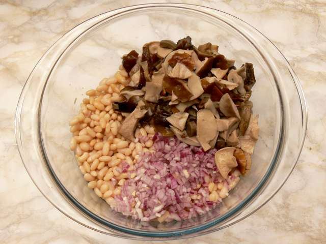 Sālītu sēņu un pupiņu salāti